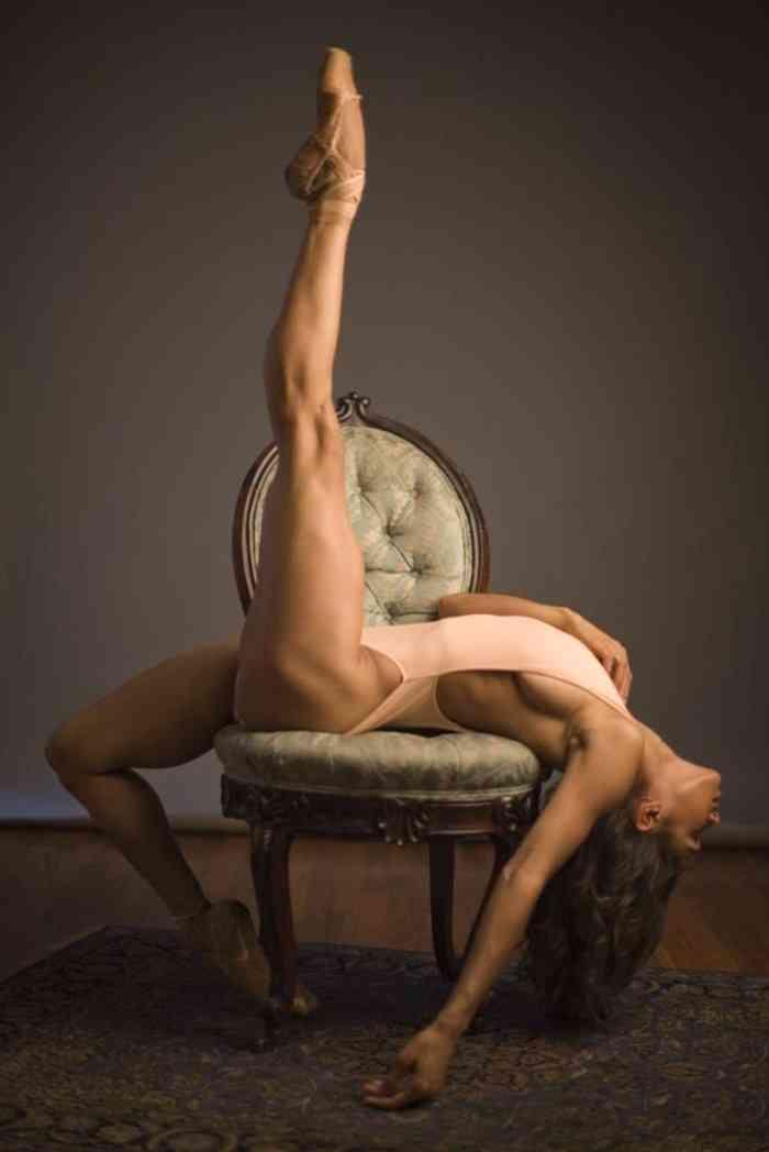 Ένα κορίτσι που ερωτεύτηκε το μπαλέτο, μια τέχνη που περιλαμβάνει ελάχιστα άτομα που έχουν διαφορετικό χρώμα. Ενα κορίτσι που ενώ μεγαλώνοντας, μεταμορφώθηκε σε μια γυναίκα που είναι έξω από τα πρότυπα του σωματότυπου μιας μπαλαρίνας.